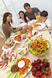 9312844-una-familia-feliz-y-sonriente-atractiva-de-madre-padre-hijo-y-su-hija-comiendo-ensalada-y-pizza-en-u